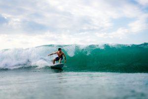 Vil du lære at surfe på din rejse? Så er Bali den oplagte destination